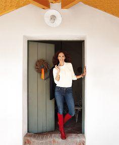 Felices fiestas - AD España, © RICARDO LABOUGLE Eugenia nos da la bienvenida en la puerta de su casa, pintada de verde encina, junto a una corona navideña de ramas de Fransen et Lafite.