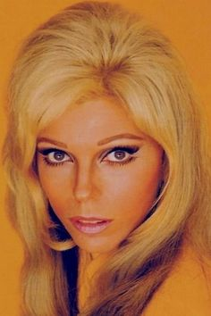 Nancy Sinatra Famous Blondes, Girl Hair Colors, 60s Hair, Nancy Sinatra, Medium Curly, Beautiful Young Lady, Dress Hairstyles, Famous Singers, Famous Girls