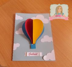 Convite Balão <br>Podendo ser feito em qualquer outro tema Hot Air Balloon Craft For Kids, Balloon Crafts, Dinosaur Birthday Party, Art N Craft, Classroom Decor, Gift Bags, Christening, First Birthdays, New Baby Products