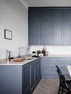 I'm in love with the deep blue kitchen, paired up with a beige marble and those small chrome handles. By designing the kitchen layout in the corner, ample space is left for … Continue reading → Home Decor Kitchen, Rustic Kitchen, Kitchen Interior, Kitchen Knobs, Kitchen Black, Design Kitchen, Cottage Kitchens, Home Kitchens, Modern Kitchens