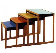 Josef Albers - Set di 4 tavolini impilati - 1927 ca. - frassino impiallacciato, lacca nera e vetro colorato - Josef & Anni Albers Foundation, Bethany (CT)