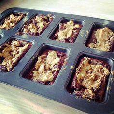 Lene Juel, bodyfitness atlet 2013, har kreeret denne skønhed af en dessert- en chokoladekage med peanutbutter swirls. Den opskrift var lige noget for en peanutbutter lover som mig, så den måtte jeg lege med!  Min version blev med sorte bønner som jeg har set på et par veganske madblogs i br....