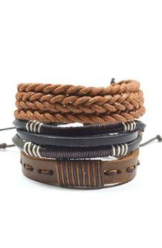 Las pulseras logran un toque distintivo, combínalas adecuadamente para un look #fashion.