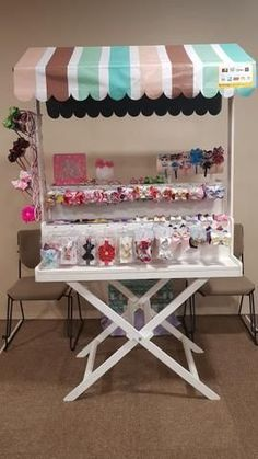 Baby Store Display, Hair Bow Display, Deco Buffet, Food Cart Design, Craft Booth Displays, Candy Cart, Market Displays, Craft Markets, Craft Show Ideas