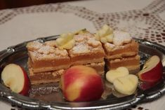 Jablkový koláč s kvietkami Waffles, French Toast, Breakfast, Food, Basket, Morning Coffee, Essen, Waffle, Meals