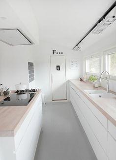 kleine k che in l form in wei schwarz und holz offene. Black Bedroom Furniture Sets. Home Design Ideas