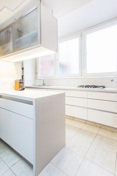 Cocina blanca, mesadas de silestone y muebles de pvc blanco. Modulación apaisada. Pasa platos con bajada de silestone hasta el piso y alacena con vidrio esmerilado con tira de led.