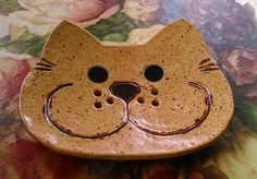 This beautiful ceramic soap dish impresses with its cute cat face and . - This beautiful ceramic soap dish captivates with its cute cat face and is sure to invite even small - Hand Built Pottery, Slab Pottery, Ceramic Pottery, Ceramic Soap Dish, Ceramic Clay, Ceramics Projects, Clay Projects, Clay Plates, Pottery Handbuilding