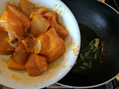 Madras Chicken Curry - Kozhi Kari Masala - South Indian Chicken Curry — Spiceindiaonline Indian Slow Cooker Recipes, Indian Chicken Recipes, Easy Indian Recipes, South Indian Chicken Curry, Indian Curry, Easy Gravy Recipe, Homemade Pesto Sauce, Vegetarian Gravy, Indian Cookbook