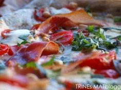 Hvit pizza med skinke, mozzarella, blåmuggost og pinjekjerner » TRINEs MATBLOGG
