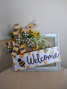 Honeybee Welcome Frame Bee Crafts, Crafts To Make, Wood Crafts, Picture Frame Wreath, Dollar Tree Crafts, Bee Design, Summer Crafts, Porch Decorating, Craft Projects