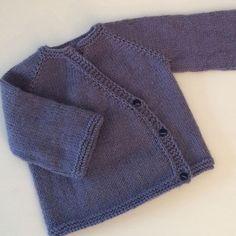 Petit cache-cœur pour baby direct dans la valise de maternité ! Réalisé avec un patron/tuto maison dispo sur le blog et avec la laine @katiayarns ~~~~~~~~~~~~~~~~~~~~~~~~~~~ #cachecoeur #cachecoeurbebe #bebe #baby #tricot #tricotaddict #tricotbebe #tricoteuse #tricotbaby #knitting #knit #knitwear #knitforbaby #knitinstagram #brassiere #cardigan #cardiganbaby #jetricotepourbebe #knitforbaby #tutotricotgratuit #freepattern #knitfreepattern #maternity #jersey #mousse #knitaddict #raglan
