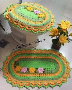 Jogo de banheiro 2 peças Crochet Doilies, Knit Crochet, Crochet Hats, Crochet Table Mat, Crochet Stocking, Bathroom Sets, Home Gifts, Cross Stitching, Bathroom Accessories
