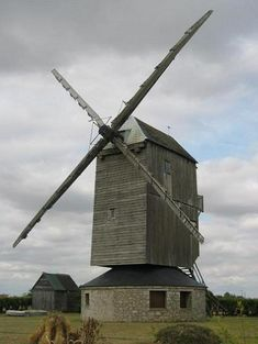 Eure-et-Loir : Moulin de la Garenne Ymonville. Moulin pivot en bois