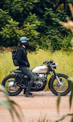 Waiting for the light on the Honda - CB Four - Motorrad Cb750 Cafe Racer, Suzuki Cafe Racer, Cafe Racer Bikes, Triumph Cafe Racer, Honda Cb750, Honda Scrambler, Cafe Racer Motorcycle, Retro Motorcycle, Motorcycle Design