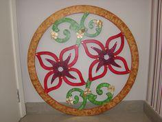 Minha Amiga Quem Fez. Mandala de flores. Pintura aquarelada em MDF, com apliques.