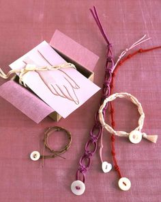 Two types of knots, which are symbols of everlasting unity, are showcased in these colorful bracelets: the cross knot and the overhand knot. Fasten with mother-of-pearl buttons and present the bracelet on our printable card.