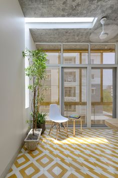 Image 37 of 45 from gallery of Soul Garden House / Spacefiction Studio. Photograph by Monika Sathe Photography Contemporary Architecture, Architecture Design, Concrete Bench, Indian Home Decor, Sliding Glass Door, Interior Exterior, Living Room Interior, New Homes, Home And Garden