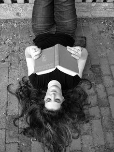 Pinzellades al món: Moments de lectura: dona llegint / Momentos de lectura: mujeres leyendo / Reading time: women reading