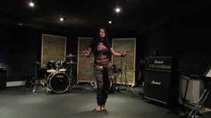 Toca el turno de Fusión Rock, y para los que os sorprenda el concepto de unir danza oriental con música Rock os mostramos un vídeo de Diana Bastet, una bailarina profesional especializada en este tipo de baile. Muestra lo que se puede llegar hacer con este estilo de baile, en nuestro taller realizaremos pasos sencillos de iniciación con el objetivo de conocer un poco en que consiste y sobre todo divertirnos mucho. Os esperamos. #fusión #DanzaOriental #Rock #BellyDance…