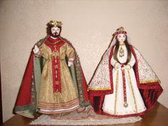 Bambole artigianali in legno di nocciolo con tessuti e materiali di riciclo