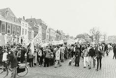 Nr 16: Recht van demonstratie. Op 26 april 1980 vindt in Middelburg een grote  landelijke demonstratie / manifestatie tegen kernenergie plaats. Zo'n 10.000 demonstranten protesteren die dag tegen kernenergie. #IAD15 #democracy  Uit: Beeldbank Zeeuws Archief. Meer informatie over de demonstratie: http://www.laka.org/protest/jaar/1980.html Vindplaats in Zeeuws Archief: http://www.archieven.nl/nl/search-modonly?mivast=239&mizig=261&miadt=239&miaet=14&micode=HTAM-F&minr=11494065&miview=ldt
