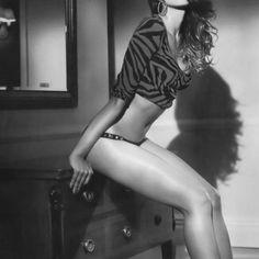Seksowna brunetka przy komodzie