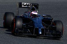 Che Hamilton si piazzi davanti a tutti nelle prime libere di Barcellona non è una vera notizia, anche se tre settimane di pausa sarebbero dovute essere sufficienti a far svegliare gli avversari. Lo è invece il secondo posto di Button a seguito del forfait di Rosberg per problemi tecnici. Guai grossi anche per Vettel, mentre Ricciardo conferma il buon lavoro complessivo della Red Bull con la terza posizione. Bene Alonso, 4°, meno Räikkönen, 6°
