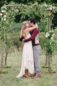 Rustic Boho Chic Country Wedding With Stunning Wild Flowers & Barn Perfect For Bluegrass Dancing | Photograph by Dan and Melissa Photography  http://www.storyboardwedding.com/rustic-boho-chic-wedding-wild-flower-barn/ Rustic Bohemian Wedding, Bohemian Chic Weddings, Woodland Wedding, Boho Chic, Rustic Weddings, Rustic Chic, Wedding Trends, Wedding Designs, Trendy Wedding