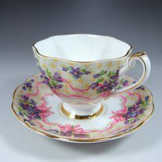 スタッフォードのショア―&コギンズによる作品『スイート・ヴァイオレット』です。スミレの紫とピンクのリボンのヴィンテージ感がたまらないカップ&ソーサーです。詳細は以下でご覧くださいませ。       ⇩ http://eikokuantiques.com/?pid=94924727    #アンティーク #イギリス #英国 #アンティークカップ #英国アンティークス #スタッフォード #ヴァイオレット #スイートヴァイオレット