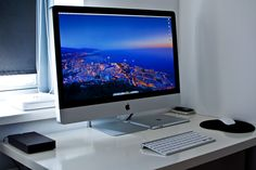 wish my desk is as clean as this...