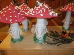 Afbeeldingsresultaat voor podzimní výzdoba oken Diy And Crafts, Crafts For Kids, Mushroom Art, Halloween, Stuffed Mushrooms, Recycling, Projects To Try, Christmas Decorations, Children