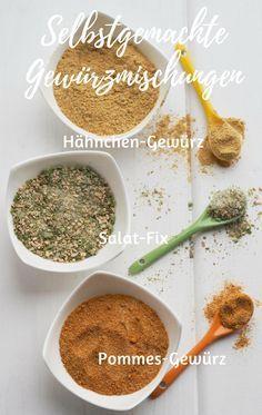 Gewürzmischungen kann man ganz fix selber mischen und mixen. Keine Zusatzstoffe, kein Glutamat und kein Geschmacksverstärker. Wie wäre es mit Bratkartoffel- und Pommes-Gewürz, Hähnchen-Gewürz und Salat-Fix für Dressings? Übrigens eine ganz tolle Geschenk-Idee. Mit oder ohne Thermomix ganz schnell und einfach herzustellen. #gewürzmischung #hähnchen #pommes #salat #dressing