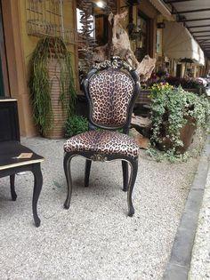 poltroncina nero oro e tessuto leopardato