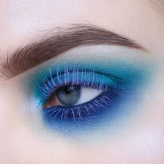 I won't ever get tired of using blue lashes product lis - Make-up Eye Makeup Glitter, Blue Eye Makeup, Eye Makeup Tips, Makeup Goals, Makeup Inspo, Makeup Art, Makeup Inspiration, Makeup Ideas, 80s Makeup