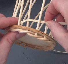 Wie geht Korbflechten? - Körbe flechten mit Peddigrohr Anleitung Basket Crafts, Diy Gift Baskets, Vintage Chest, Basket Decoration, Diy Box, Weaving Techniques, Box Design, Basket Weaving, Clothes Hanger