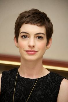 30 Anne Hathaway Shows You 10 Inventive Ways to Wear a Pixie - The latest and greatest styles ideas - The latest and greatest styles ideas Pixie Haircut, Short Hairstyles For Women, Hairstyles Haircuts, Anne Hathaway Pixie, Anne Hathaway Makeup, Hair Inspo, Hair Inspiration, Anne Jacqueline Hathaway, Short Hair Cuts