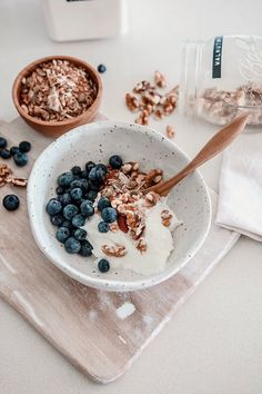 granola bowl discovered by OctoberChild + on We Heart It Healthy Desayunos, Healthy Snacks, Healthy Recipes, Diet Recipes, Vegetarian Recipes, Healthy Living, I Love Food, Good Food, Yummy Food