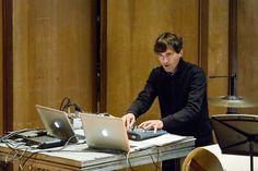 Mason Bates, compositor e DJ norte-americano, com a OSB no Theatro Municipal. (Foto: Cicero Rodrigues) Claude Debussy