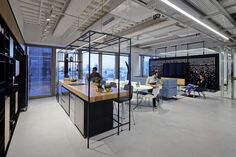 Palantir, a technology company that builds software that connects data, technologies, humans and environment, recently opened a new office in Tel Aviv, which was designed in a modern and contemporary ... Read More