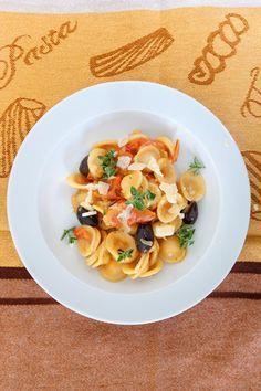 Orichiette mit Tahini-Tomaten-Sauce und Oliven Tahini, Pasta Noodles, Italian Pasta, Everyday Food, Frittata, Meal Prep, Food Prep, Pasta Salad, Risotto