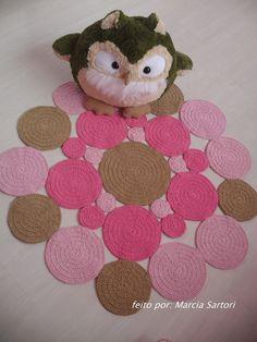 Tapete de bolas feito em croche <br>Combine as cores com sua decoração! <br>Medida aproximada de 1 metro <br>Outras medidas consultar valor