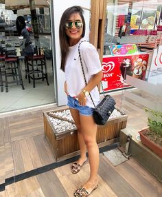 Short jeans + t-shirt branca Classy Outfits, Chic Outfits, Fashion Outfits, Sunday Outfits, Spring Outfits, Hot Day Outfit, Tropical Outfit, Short Outfits, Look Fashion