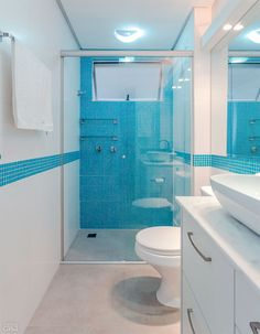 Banheiro ganhou pastilhas azuis após reforma comandada pela moradora