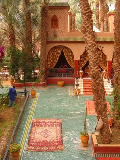 Palais Asmaa, Zagora, Morocco I want to sit in that courtyard! Moroccan Decor, Moroccan Style, Beautiful World, Beautiful Places, Living Haus, Living Room, Riad Marrakech, Marrakesh, India Decor