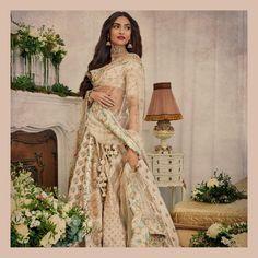 Find top trending and unique Sabyasachi Lehenga Designs for your dream bridal look. Best bridal lehenga designs by Sabyasachi for 2020 weddings. Indian Wedding Outfits, Bridal Outfits, Indian Outfits, Sabyasachi Lehenga Bridal, Lehenga Choli, Sonam Kapoor Lehenga, Kareena Kapoor, Lehenga White, Gold Lehenga