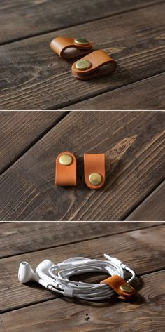 Iedereen die graag muziek luistert kent het probleem dat je oordopjes helemaal in de knoop geraakt zijn in je tas, dit is zo'n simpele uitvinding die van die kleine nare problemen oplost. Leather Accessories, Leather Jewelry, Leather Craft, Diy Accessoires, Accessoires Iphone, Leather Projects, Leather Design, Leather Tooling, Gadgets