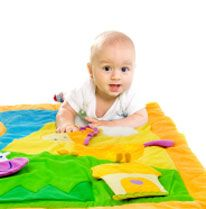 Même les tout petits bébés adorent jouer avec leurs parents. Des activités à faire dès les premiers mois.
