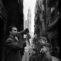 """Francesc Català-Roca / """"Vendedor de letras de canciones en la calle de la Platería"""", Barcelona, 1952"""