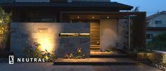 プラスGで建物と敷地のバランスを最適化したエクステリア施工例 Japanese Modern House, Modern Tropical House, Tropical Houses, Entrance Design, Facade Design, Courtyard House, Facade House, Modern Fence Design, Entrance Lighting